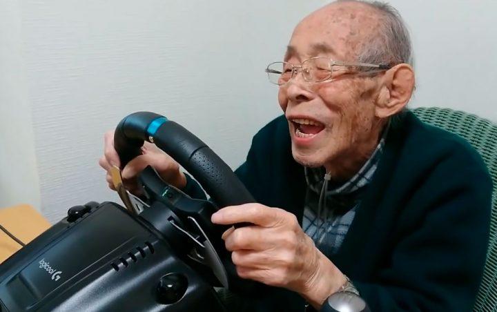 Foto de Abuelo de 93 años adora los simuladores de carreras